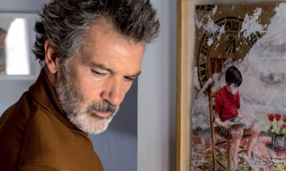 Salvador Mallo [Antonio Banderas] junto a su retrato de niño en Dolor y gloria